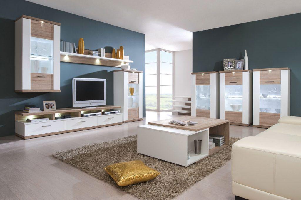 Moderná obývačka s dreveným hnedo-bielym nábytkom s LED osvetlením a výraznými doplnkami.