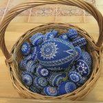 modré veľkonočné kraslice s ornamentom