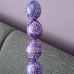 fialové kraslice s maľovaným ornamentom