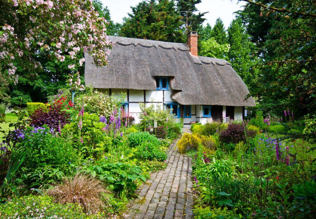 riešenie záhrady s kvetinovou výsadbou: vidiecky dom s kvetinovou záhradou