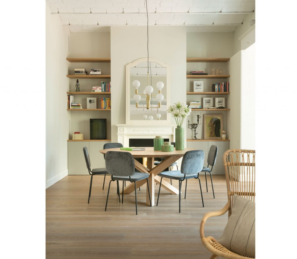 Retro interiér rodinného domu s jedálenským stolom a čalúnenými stoličkami