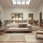 Interiér obývačky zariadený prírodnými materiálmi.