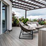 Trendy v terasách: Terasa s nábytkom a dlažbou v neutrálnej, nadčasovej farebnosti.