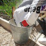 Zmiešanie suchej betónovej zmesi s vodou