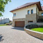 Rodinný dom s príjazdovou cestou z betónovej dlažby uloženej do tvaru písmena V.