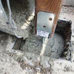 Vysypanie betónovej zmesi do pripravenej jamy