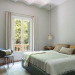 Spálňa s atypickým klenbovým stropom s východom do záhrady.