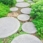 Záhradný chodník s nášľapnými plochami z betónu.