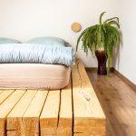 Posteľ ručne vyrobená zo stavebných drevených hranolov