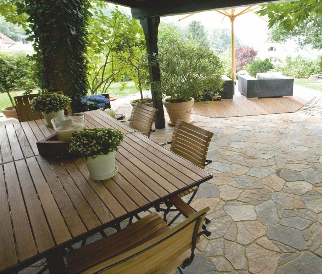 Záhradná terasa s dlažbou v stredomorskom vzhľade.