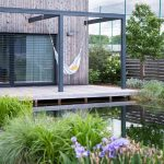 Prírodné kúpacie jazierko priamo nadväzujúce na terasu rodinného domu