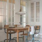 Retro drevený jedálenský stôl s atypickými kovovými stoličkami