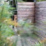 odkladisko na palivové drevo v záhrade v podobe domčeka