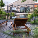 Rodinný dom s kúpacím jazierkom a drevenými terasami so sedením