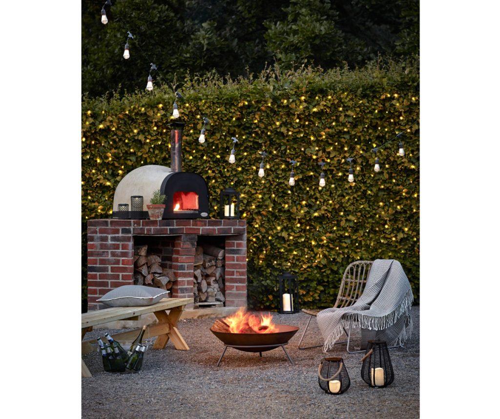 záhradná pec na pizzu doplnená oprenosné ohnisko.