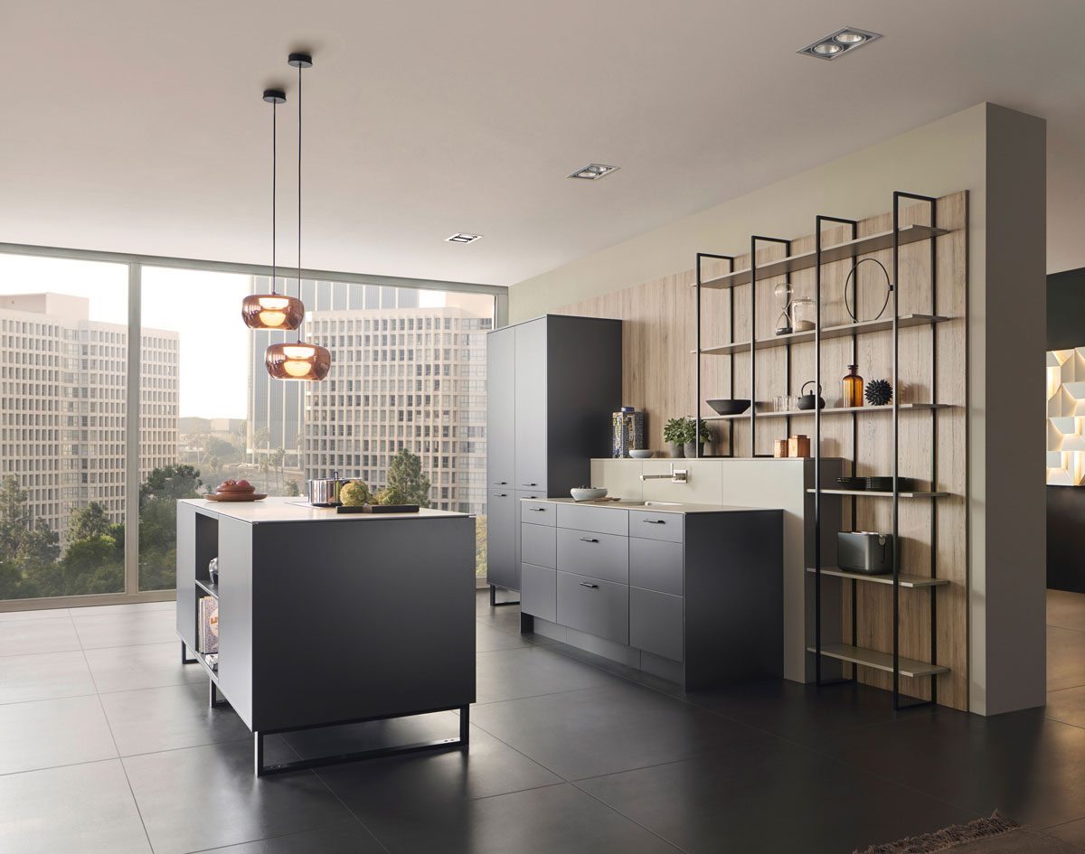 moderná kuchyňa s otvorenou policovou stenou a ostrovčekom
