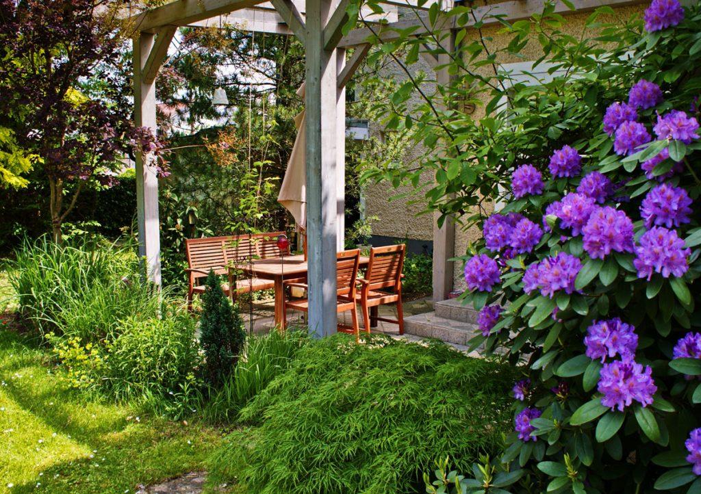 Záhrada s altánkom a terasou a okrasnými rastlinami