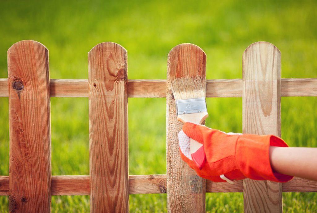 Natieranie záhradného plota