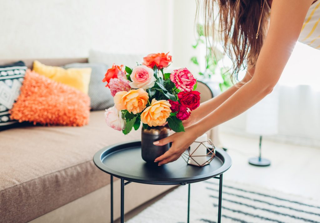 Dekórovanie izby pomocou kvetín vo váze.