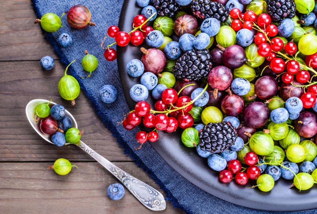 Prečo pestovať bobuľoviny: tanier s rôznymi druhmi bobuľovín