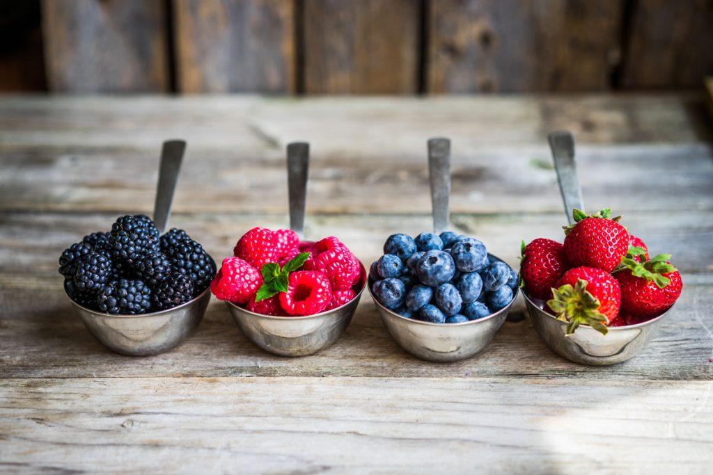 Prečo pestovať bobuľoviny: odmerky s černicami, malinami, čučoriedkami a jahodami
