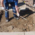 kladenie dlažobných kociek na chodník: výkopové práce
