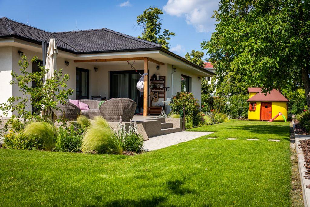 Rodinný som s okrasnou záhradou a žltým domčekom pre deti