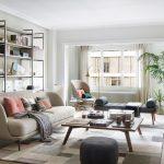 Retro obývačka so svetlou sedačkou, lavicou, dreveným stolíkom a regálom.