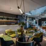 Luxusný pánsky interiér kuchyne a obývačky v tmavých odtieňoch
