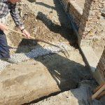 kladenie dlažobných kociek na chodník: základy pod obrubníky