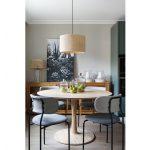 jedáleň v retro štýle, s drevenou podlahou, okrúhlym stolom z javorového dreva, komodou z masívu, čalúnenými stoličkami a osvetlením z bambusu a ratanu
