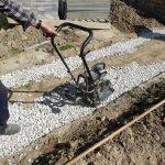 kladenie dlažobných kociek na chodník: zhutňovanie plochy