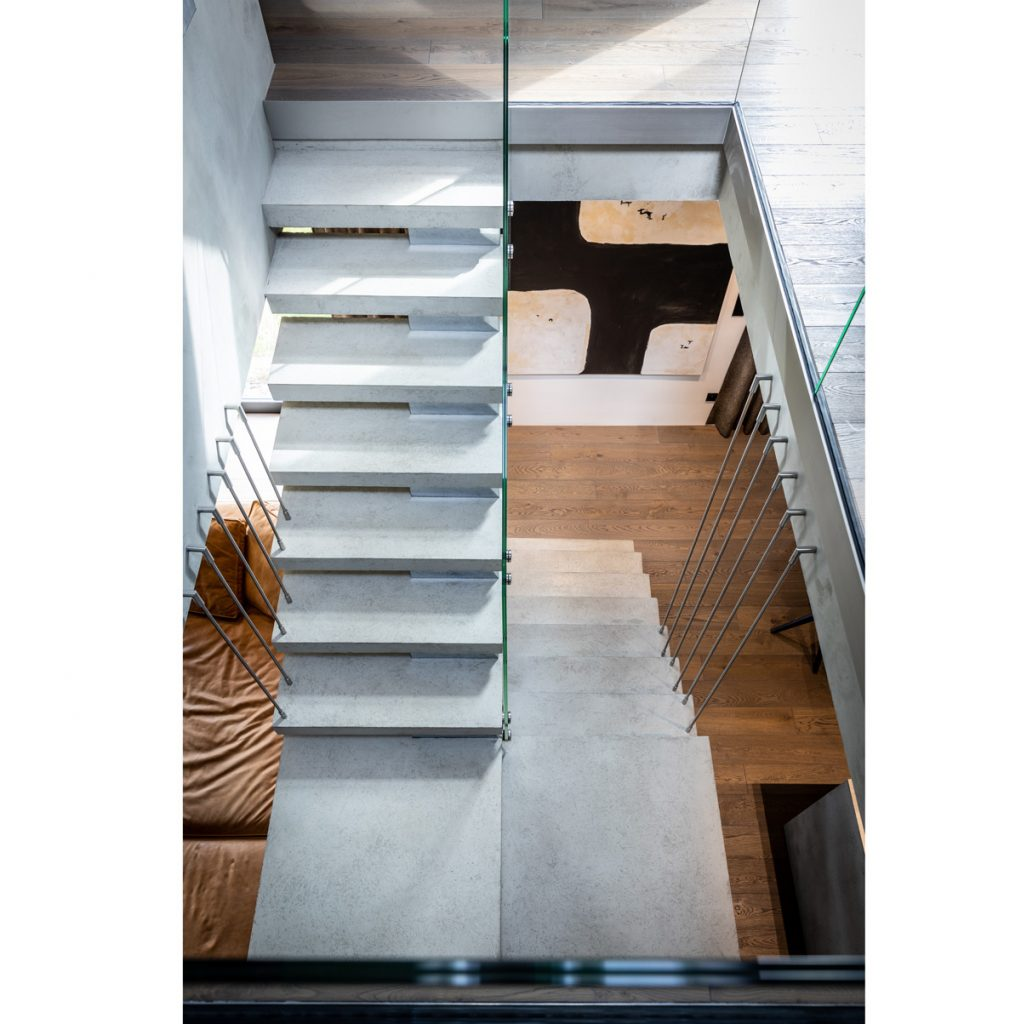 moderné schodisko oddeľujúce kuchyňu od obývačky