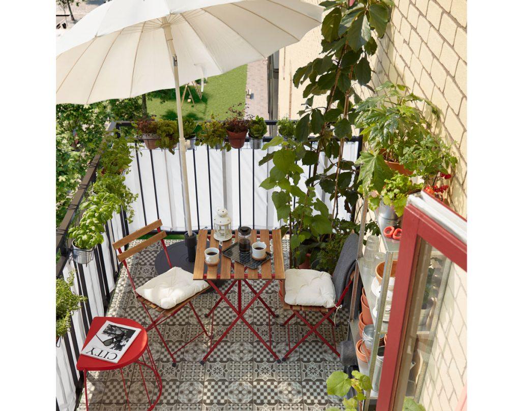 Balkón s dreveným sedením, slnečníkom a užitkovými rastlinami