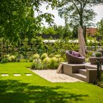 Okrasná záhrada s terasou s povrchom tzv. kamenného koberca.
