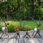 Ručne vyrobené lesné zvieratká z dreva ako dekoračné prvky prírodnej záhrady