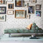Interiér s divánom , tehlovou stenou a obrazmi od rôznych umelcov