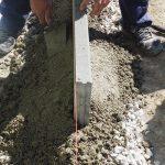 kladenie dlažobných kociek na chodník: uloženie obrubníkov
