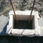 stavba betónového plota: Prvý rad stĺpika