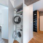 Práčka a sušička schované v chodbovej skrini.
