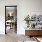 Pohľad z obývačky do retro jedálne