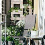 Balkón s paletovou záhradkou a sedením