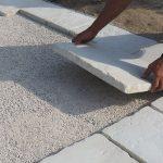 kladenie betónových platní na štrkové lôžko: kladenie