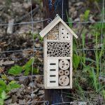 Hmyzí domček, ktorý je súčasťou prírodnej záhrady
