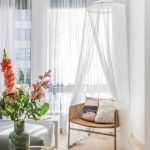 Detail obývačky s prírodným vypletaným kreslom s baldachýnom