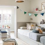 Vzdušná detská izba pre dve deti v neutrálnych farbách s doplnkami v modrej a zelenej farbe