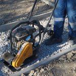 kladenie dlažobných kociek na chodník: Zhutňovanie podkladovej vrstvy