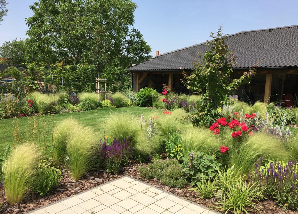 Pohodová záhrada v Galante s bohatou kvetinovou výsadbou (video)