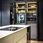 kuchyňa s odkladacími priestormi, ktoré majú zabudované senzorové svietenie