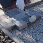 kladenie dlažobných kociek na chodník: ukladanie dlažby